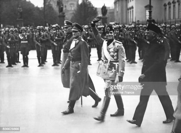 Le ministre des Affaires Etrangères italien Galeazzo Cinao salue les troupes après avoir déposé une couronne de fleurs au monument de Unter den...