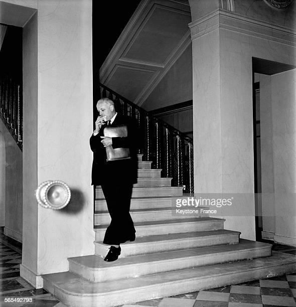 Le ministre des affaires étrangères Christian Pineau descendant l'escalier du Palais de l'Elysée à Paris France le 6 septembre 1956