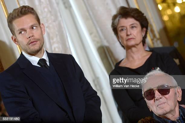 Le Ministre des Affaires étrangères Didier Reynders remet la décoration de Commandeur de l'Ordre de la Couronne à Charles Aznavour...