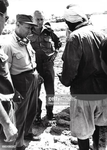 Le ministre des Affaires étrangères israéliennes Moshe Dayan et le chef d'étatmajor Haïm BarLev discutant avec un Bédouin pendant sa visite dans le...