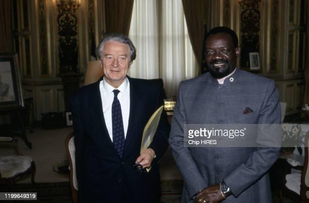 Le ministre des affaires étrangères Roland Dumas reçoit le chef de l'UNITA à Paris le 5 juin 1991 France