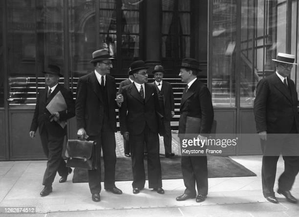 Le ministre d'Etat Camille Chautemps, le ministre de l'Education nationale Jean Zay et le ministre des Postes Robert Jardillier dans la cour du...