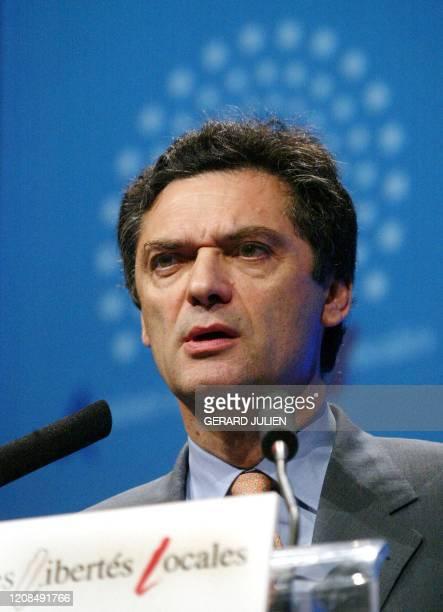 Le ministre délégué aux Libertés locales, Patrick Devedjian prononce le discours d'ouverture aux Assises des libertés locales, le 25 octobre 2002 au...