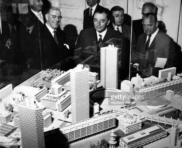 Le ministre hollandais du logement et de la construction Jan van Aartsen examine la maquette du centre culturel le Barbican Centre durant sa visite à...