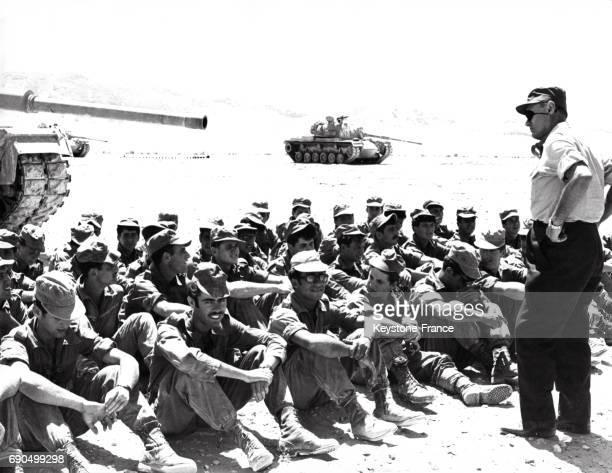 Le ministre israélien de la Défense Moshe Dayan photographié parmi les soldats israéliens dans le désert du Sinaï Egypte