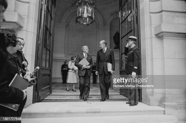Le Ministre Robert Boulin et le Président Valery Giscard d'Estaing à la sortie du Conseil des Ministres qui s'est tenu exceptionnellement à l'hôtel...