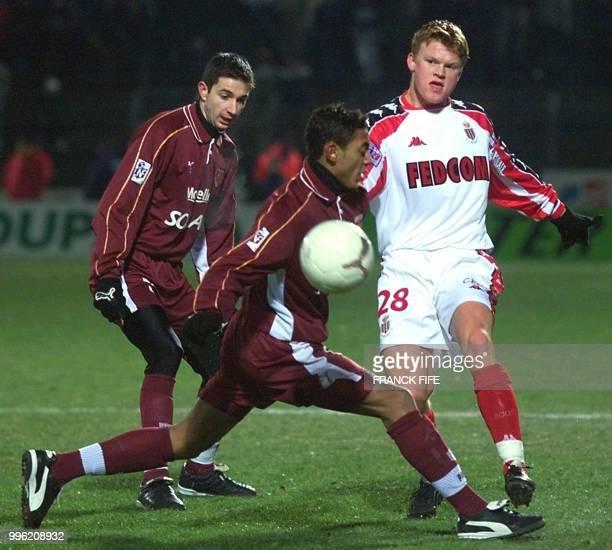 le Monégasque Bruno Irles est à la lutte avec le Messin Gunter Vanhandenhoven le 25 janvier 2000 au stade SaintSymphorien à Metz lors de la rencontre...