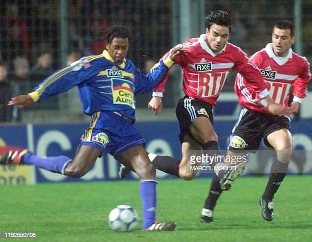 Le Monégasque Philippe Christanval est à la lutte avec les joueurs de Thouars Xavier Dudoit et Patrice Sauvaget , le 12 février 2000 à Angers, durant...