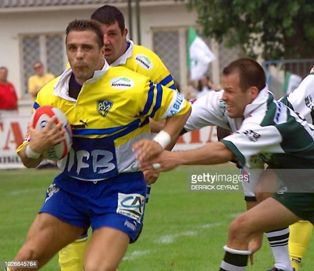le Montferrandais Sébastian Viars s'échappe alors que le Palois David Aucagne tente de le plaquer le 01 juillet 2000 au stade AndréMoga à Begles lors...