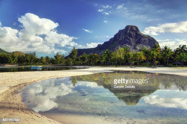 le morne mountain reflecting in the water - insel mauritius stock-fotos und bilder