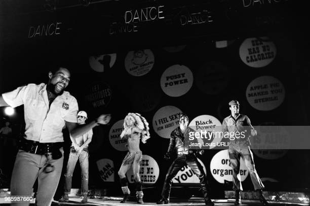 Le moteur de la police l'ouvrier du bâtiment l'indien le motard et le soldat 5 des 6 membres du groupe disco 'Village People' sur scène en octobre...