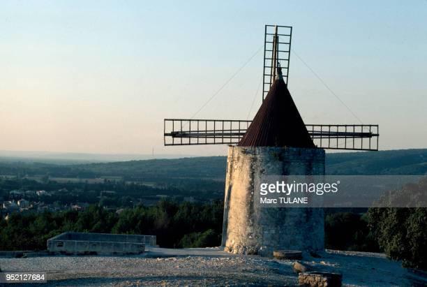 Le moulin d'Alphonse Daudet à Fontvieille en septembre 1980 dans les BouchesduRhône France