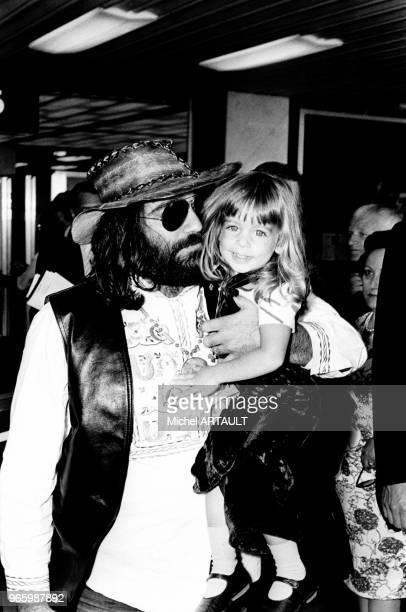 Le musicien et chanteur grec Demis Roussos avec sa fille le 26 juin 1973 à Paris France
