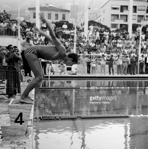 Le nageur Alain Mosconi au départ du 800 mètres en France le 6 juillet 1967