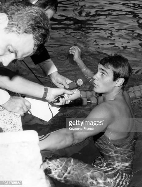 Le nageur français Alain Mosconi interviewé par les journalistes après avoir battu le record du monde du 800 m nage libre en France le 6 juillet 1967