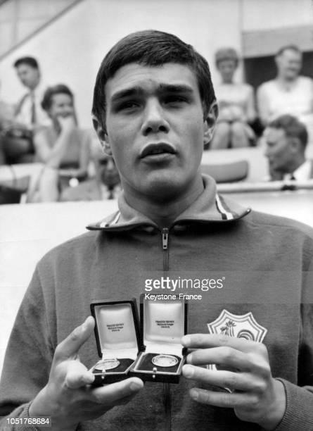 Le nageur français Alain Mosconi montre ses médailles de record du monde en natation au complexe Georges Vallerey le 14 juillet 1967 à Paris France