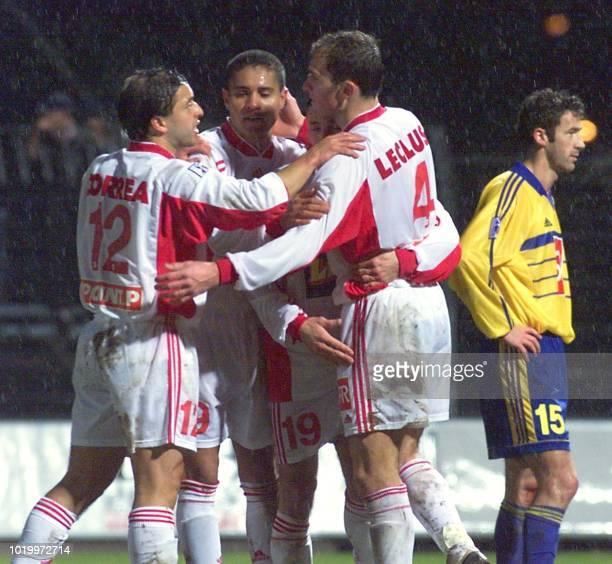 Le nancéen Cédric Lecluse auteur du second but pour Nancy est félicité par ses coéquipiers Pablo Correa Velasquez Ze Alcino et Samuel Wiart sous le...