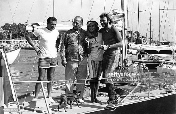 Le navigateur Eric Tabarly invite sur son bateau 'Pen Duick' Johnny Hallyday et sa femme Sylvie Vartan avec le roi de l'évasion Henri Charriere dit...