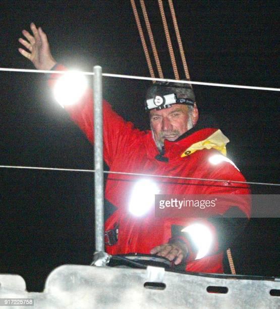 le navigateur français JeanLuc Van Den Heede skipper du maximonocoque 'Adrien' fait un geste de la main le 03 novembre 2002 à Brest en quittant le...
