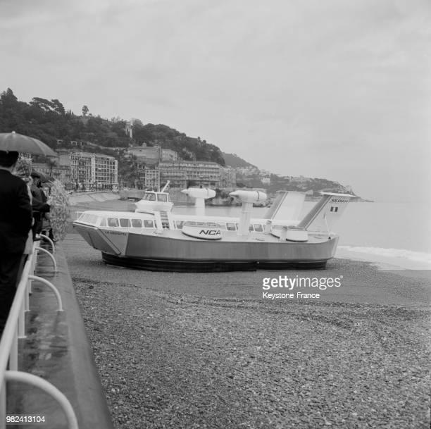 Le Naviplane 300 aéroglisseur français après son voyage inaugural le long de la promenade des Anglais à Nice en France le 7 mai 1969