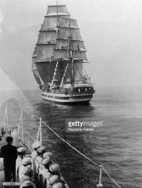 Le navire-école italien 'Vespucci' salue les unité américaines au large de Naples, Italie le 16 juillet 1934.