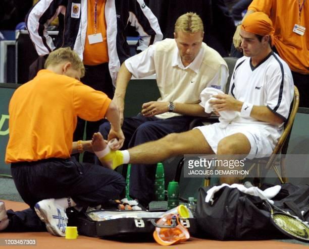 le Néerlandais Raemon Sluiter abandonne sur blessure le 21 septembre 2001 à Rotterdam au cours de son match l'opposant au Français Arnaud Clément et...