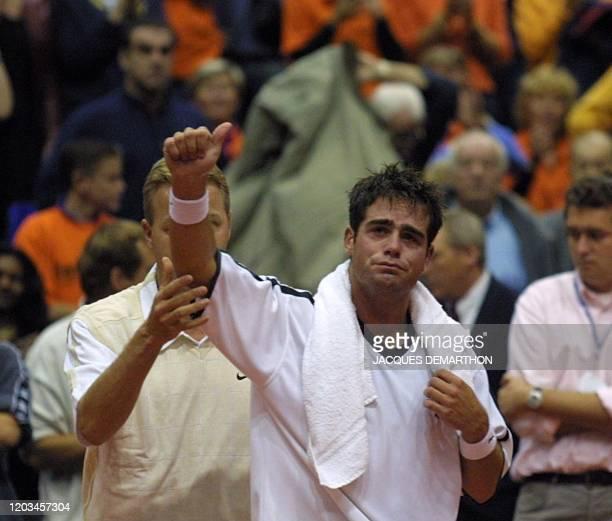 le Néerlandais Raemon Sluiter salue le public en pleurant le 21 septembre 2001 à Rotterdam après avoir abandonné sur blessure au cours de la 3e...