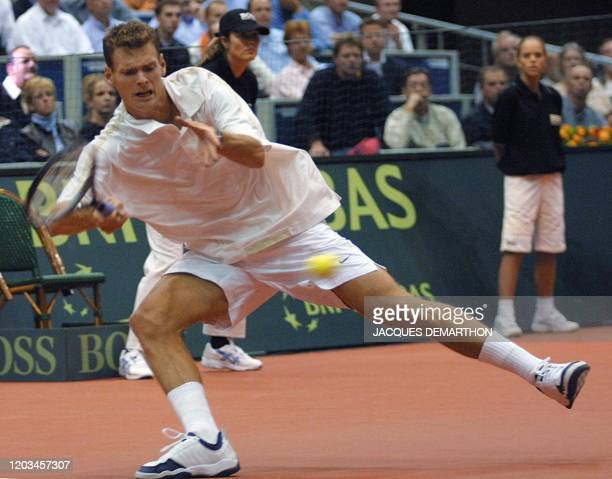le Néerlandais Sjeng Schalken reprend une balle longue du Français Nicolas Escudé le 21 septembre 2001 à Rotterdam au cours du premier simple du...