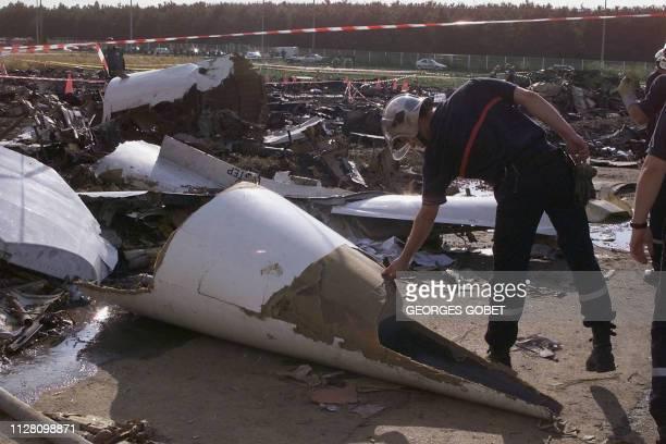 le nez du Concorde jonche le sol le 26 juillet 2000 après que l'avion se soit écrasé le 25 juillet 2000 sur un hôtel à Gonesse alors qu'il venait de...