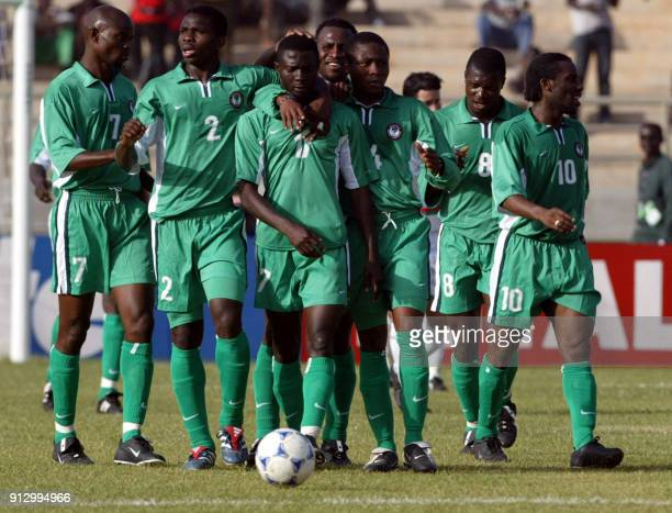 Le nigérien Julius Aghahowa est félicité par ses coéquipiers George Finidi Joseph Yobo Nwankwo Yakubu Alyebeni et Augustine Okocha le 21 janvier 2002...