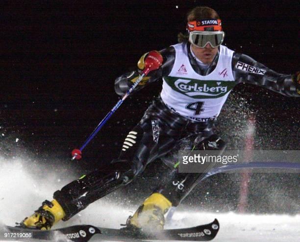le Norvégien HansPetter Buraas passe une porte le 11 décembre 2000 sur la piste de Sestrières lors du slalom comptant pour la Coupe du monde...