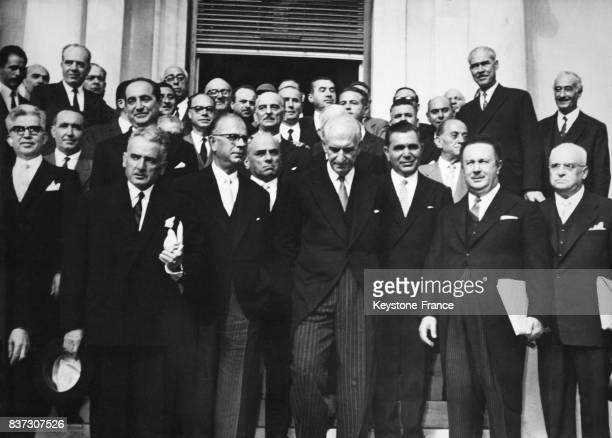Le nouveau Premier ministre Georgios Papandréou au centre entouré des membres de son cabinet derrière lui le ministre des Affaires étrangères...