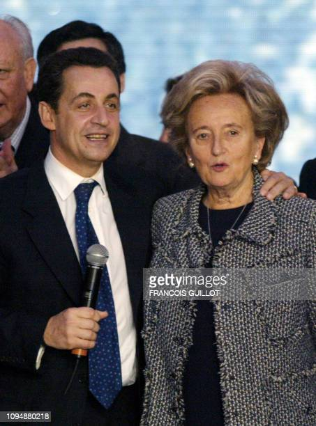 le nouveau président de l'UMP Nicolas Sarkozy est à côté de l'épouse du président de la République Bernadette Chirac le 28 novembre 2004 au Bourget à...