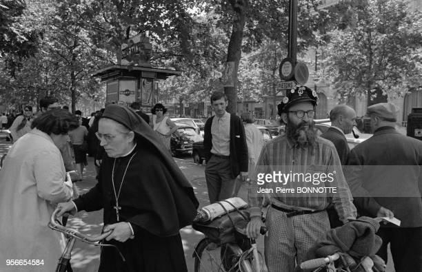 Le pacifiste Mouna Aguigui avec son vélo lors des évènements de Mai 68 à Paris France