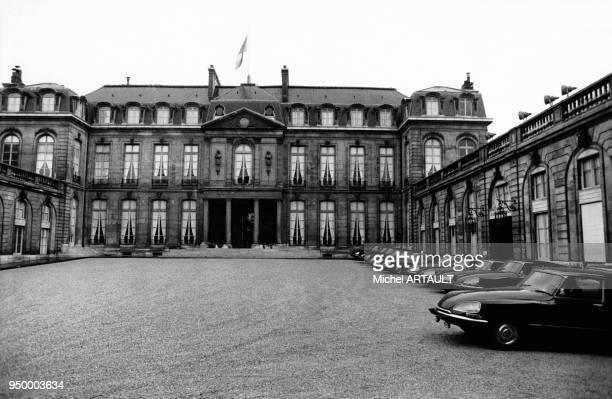 Le Palais de l'Elysée vu de la cour avec l'alignement des DS Citroën Paris France mars 1974