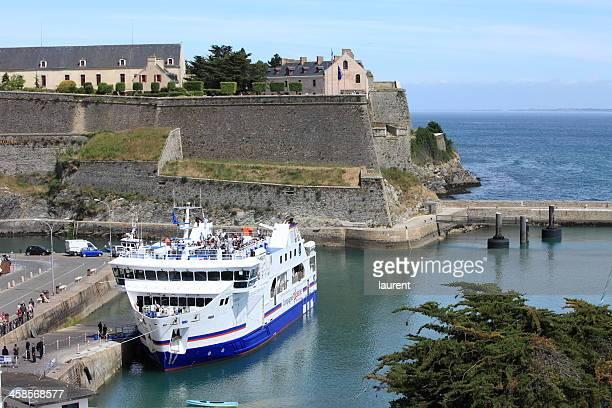 port de le palais à belle-île-en-mer, france - bac photos et images de collection