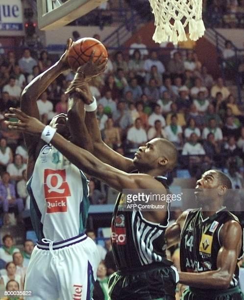 le Palois Florent Pietrus tente de marquer malgré la défense des Villeurbannais Jérôme James et Guy Bilba le 23 juin 2001 au Palais des sports de Pau...