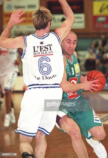 le Palois Roger Esteller essaie de marquer malgré la défense bisontine lors du match Besançon/PauOrthez à Besançon le 09 mai 2001 match comptant pour...