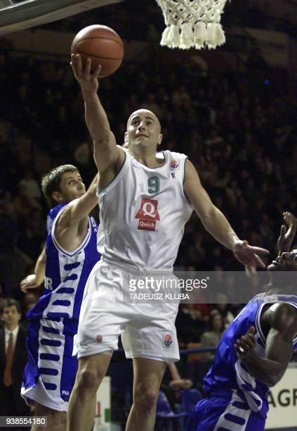 le palois Roger Esteller tente de marquer un panier le 20 décembre 2001 à Pau malgré l'opposition des Croates de Zadar lors du match PauOrthez/Zadar...