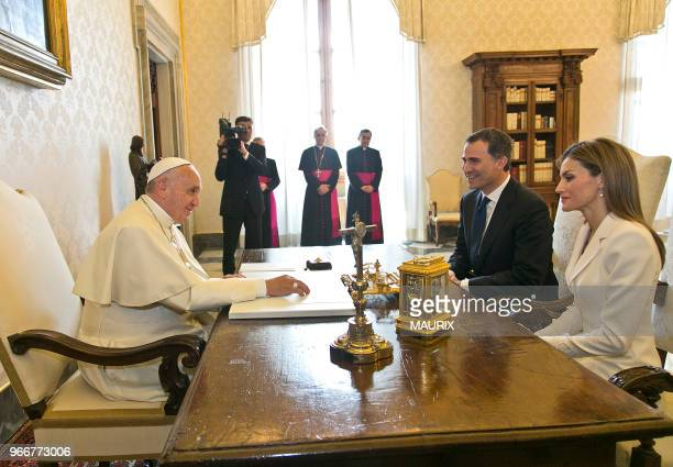 Le pape Francois a reçu le nouveau roi dEspagne Felipe VI et son épouse la reine Letizia le 30 juin 2014 à Rome au Vatican Il s'agit du premier...