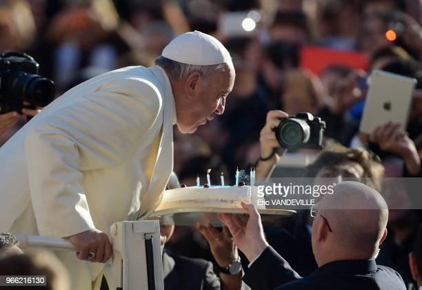 Le pape Francois arrive sur la place SaintPierre au Vatican pour diriger l'audience générale hebdomaire le 17 décembre 2014 jour de l'anniversaire de...