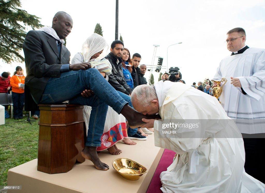 Le Pape lave les pieds à 12 migrants : News Photo