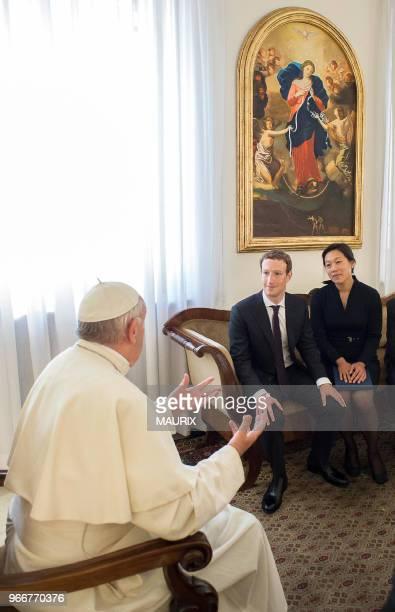 Le pape François a reçu le fondateur et CEO de Facebook Mark Zuckerberg et son épouse Priscilla Chan le 29 aout 2016 au Vatican Ils ont discuté des...