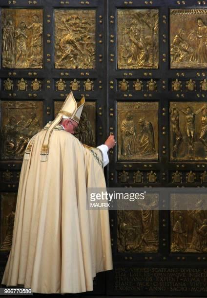 Le pape François ferme la Porte Sainte de la basilique Saint Pierre au Vatican le 20 Novembre 2016 avant de célébrer la messe conclusive du jubilé...