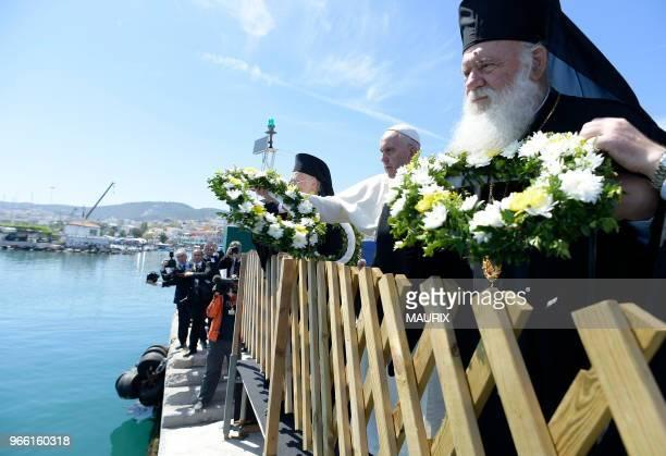 Le pape François le patriarche Grec Orthodoxe Bartholomew et l'archevêque d'Athènes Ieronimos II ont lancé des gerbes de fleurs le 16 avril 2016 dans...