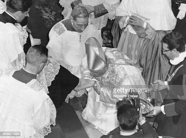 Le Pape Jean XXIII lave les pieds de treize prêtres étudiants en la Basilique Saint-Jean-de-Latran à Rome, Italie le 30 mars 1961.