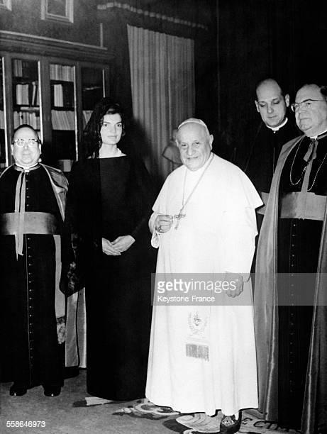 Le pape Jean XXIII photographié aux côtés de Jacqueline Kennedy après une audience privée au Vatican, le 11 mars 1962.