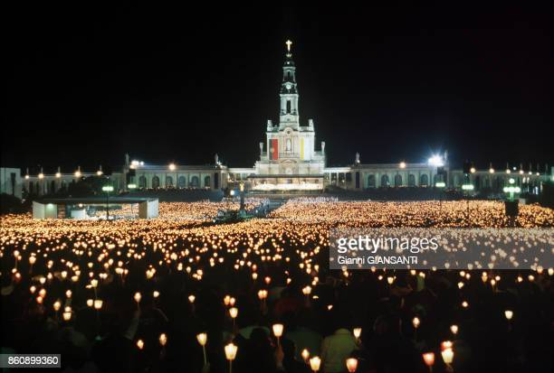 Le Pape JeanPaul II lors d'une messe nocturne à NotreDame de Fatima au Portugal le 13 mai 2000