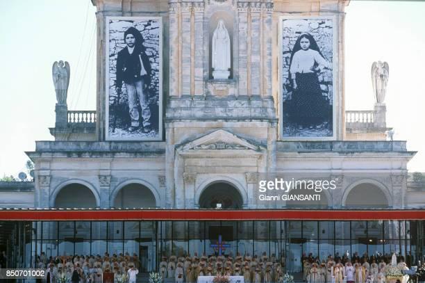 Le Pape JeanPaul II lors d'une procession à NotreDame de Fatima au Portugal le 13 mai 2000