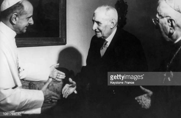 Le pape Paul VI accueillant le président portugais Salazar après les cérémonies religieuses à Fatima Portugal le 15 mai 1967